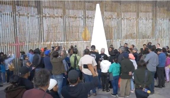 Người Mỹ, Mexico cùng tham dự lễ Giánh Sinh bên hàng rào biên giới