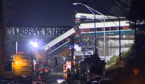 Xe lửa Amtrak trật đường rầy ở tiểu bang Washington- ít nhất 3 người chết, 70 bị thương