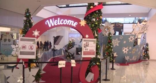 Các cửa tiệm bận rộn cho việc mua sắm vào phút cuối trước Giáng Sinh