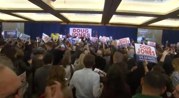 Ứng cử viên Dân Chủ – Doug Jones thắng cử tại Alabama