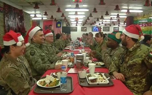 Binh sĩ Mỹ và Nato ở Afghanistan mừng Chúa Giáng Sinh bằng món gà tây