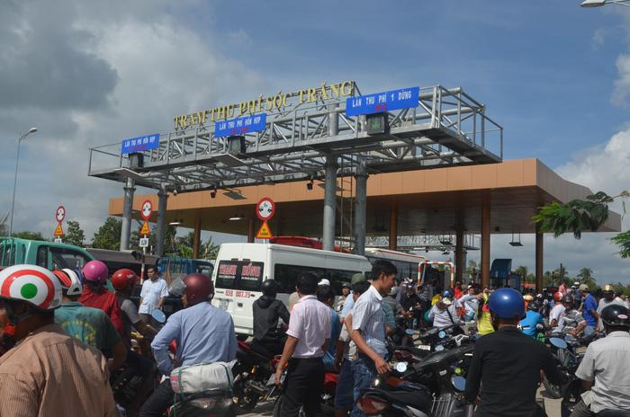 Tài xế biểu tình tại trạm BOT Sóc Trăng bị công an tấn công