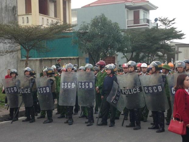 Người dân đẩy lui nhóm công an cưỡng chế đất ở xã Nghi Kim, thành phố Vinh