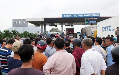 """Thêm trạm thu phí BOT tại Bình Thuận """"vỡ trận"""" do dân bất tuân dân sự"""