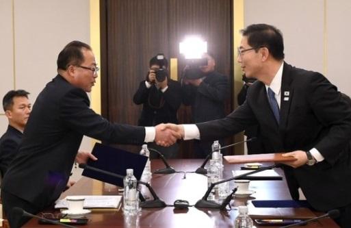 Thành lập đội khúc côn cầu chung Nam – Bắc Hàn, uy tín tổng thống Nam Hàn sụt 6%
