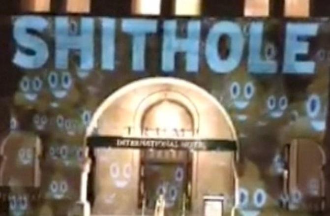 Rọi chữ 'shithole' lên mặt tiền Khách Sạn Quốc Tế Trump ở D.C