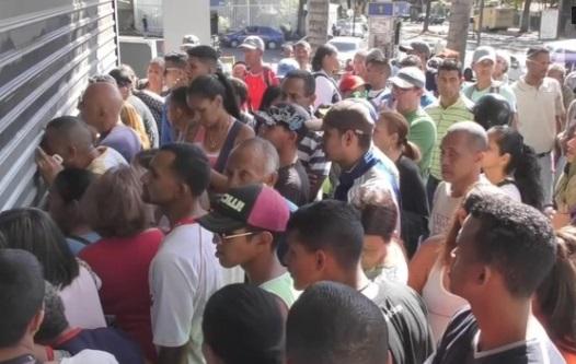 Dân nghèo Venezuela bao vây các siêu thị chờ mua hàng giảm giá