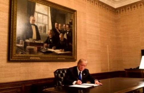 Tổng thống Trump ký dự luật ngân sách tạm thời, nhưng không chắc về thỏa thuận di dân