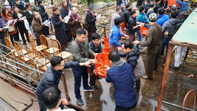10,000 người phóng sinh hơn 5 tấn cá ở Hà Nội