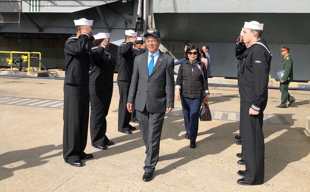 Đại sứ CSVN tại Hoa Kỳ thăm hàng không mẫu hạm George H.W. Bush ở Virginia