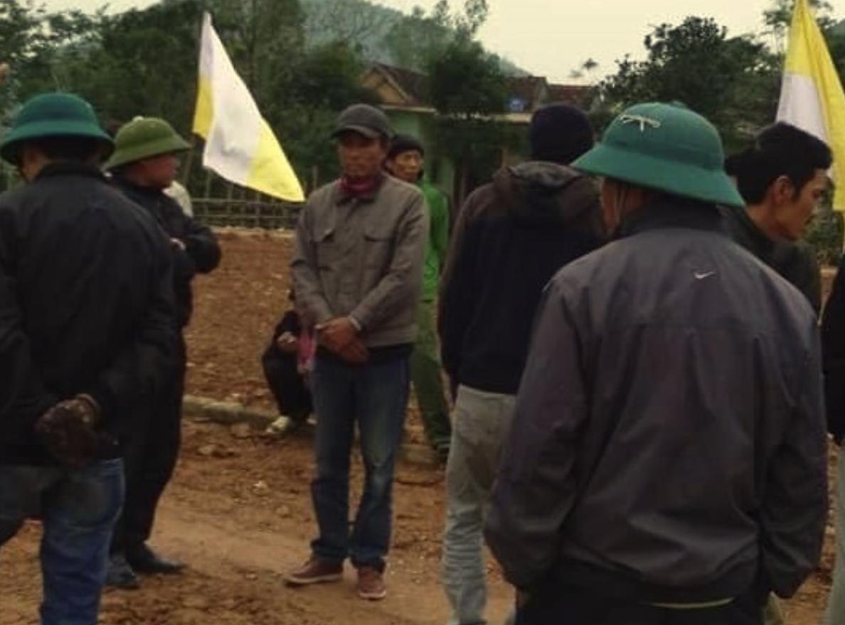 Linh mục tổ chức làm đường xá cho dân nghèo Quảng Bình, chính quyền xã tới phá