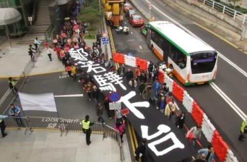 Người Hong Kong biểu tình đòi trưởng phòng pháp luật từ chức vì xây nhà riêng trái phép