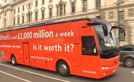 Xe bus vận động phản đối Brexit bị trục trặc ngay ngày khởi hành