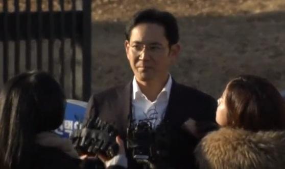 Phó chủ tịch Samsung được trả tự do sau khi tòa giảm án