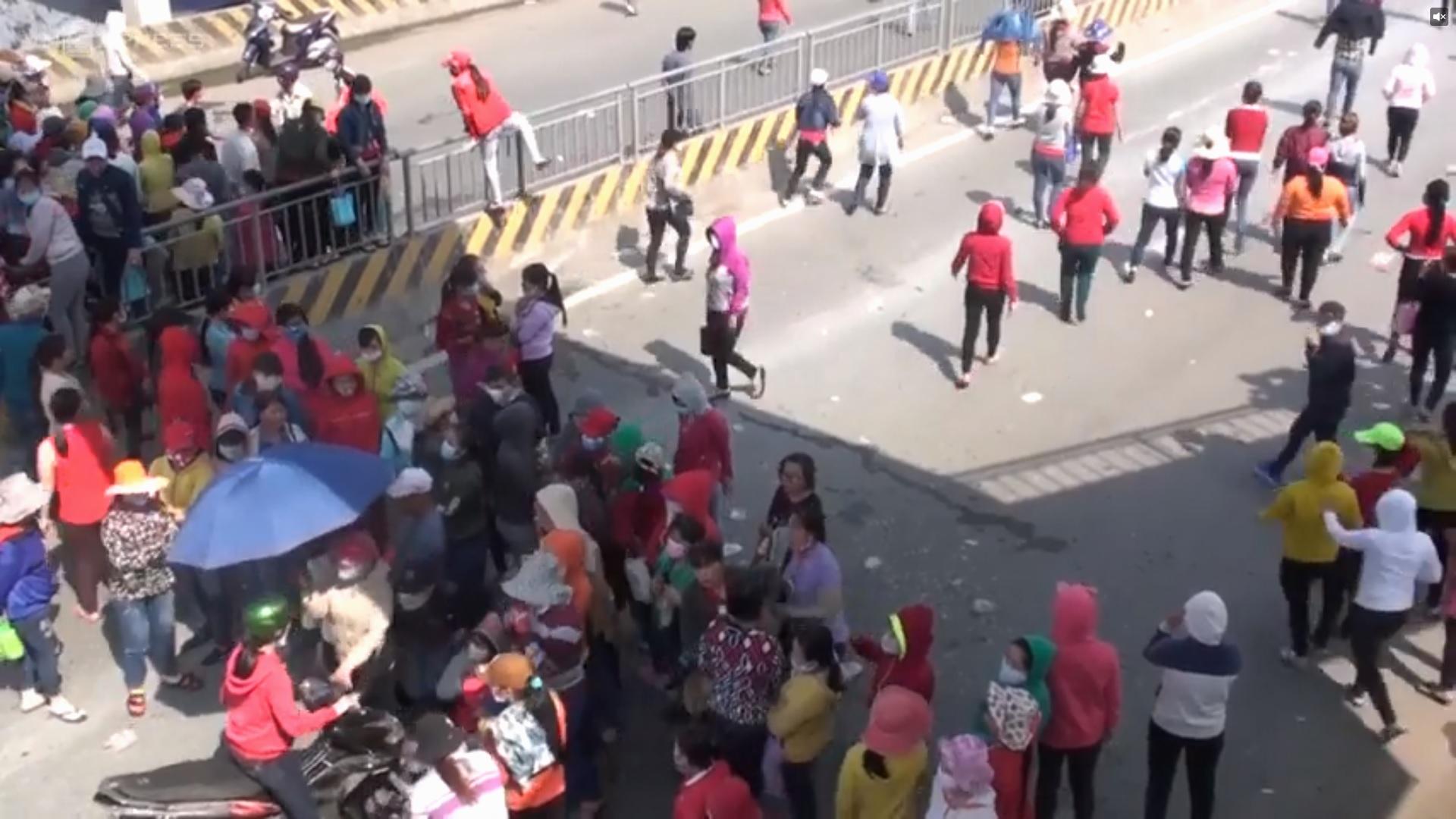 Công nhân Pouchen Vina chặn quốc lộ đình công sang ngày thứ nhì