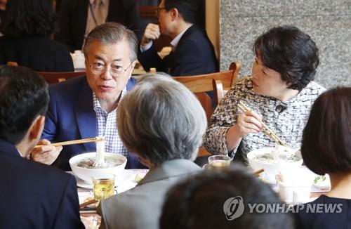 Tổng thống Nam Hàn ăn phở cùng người dân Hà Nội