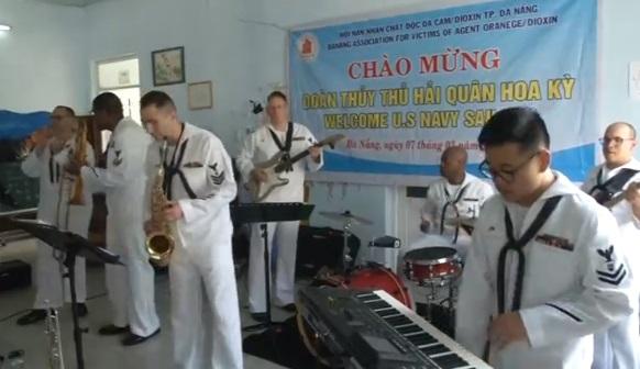 Thủy thủ tàu USS Carl Vinson thăm trung tâm nạn nhân chất da cam ở Đà Nẵng