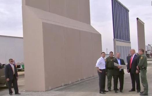 Tổng thống Trump kiểm tra các khuôn mẫu của bức tường biên giới ở San Diego
