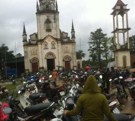 Giáo dân Ninh Cường biểu tình phản đối xây bãi rác trên nghĩa trang