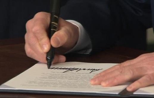 Tổng thống Trump đánh thuế hàng Trung Cộng, chứng khoán giảm hơn 700 điểm