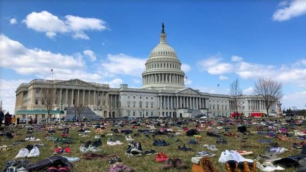 Hàng ngàn đôi giày trẻ em được đặt trước Quốc Hội kêu gọi thắt chặt luật súng