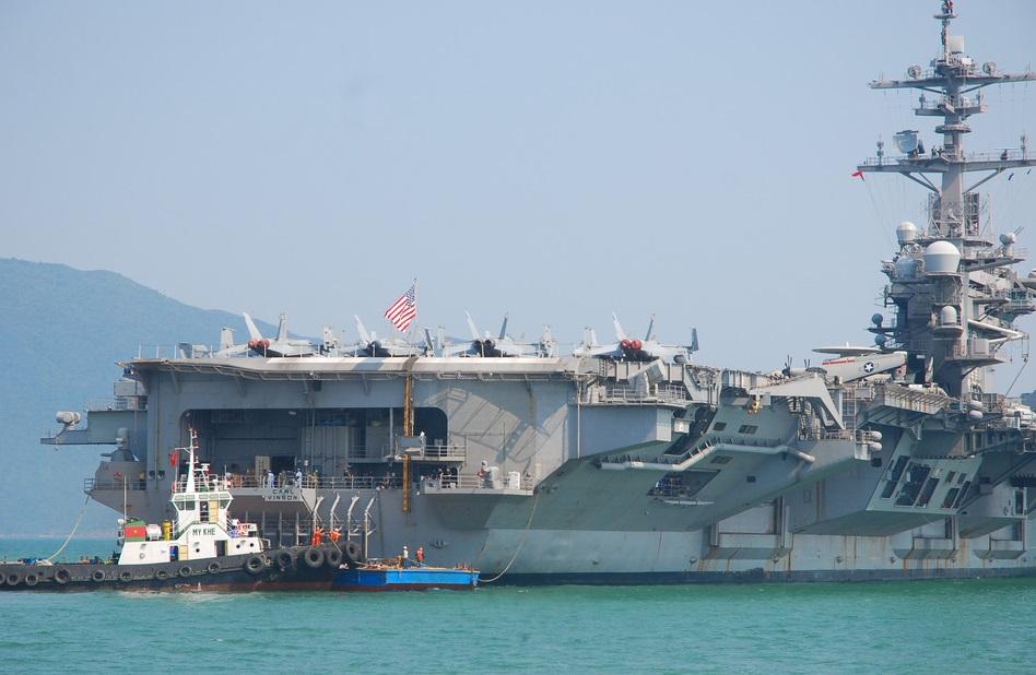 Người dân Đà Nẵng háo hức chào đón hàng không mẫu hạm USS Carl Vinson