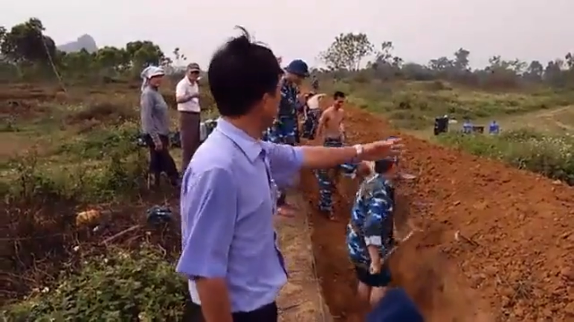 Quân đội CSVN bất ngờ rào lại đất theo ý dân làng Đồng Tâm