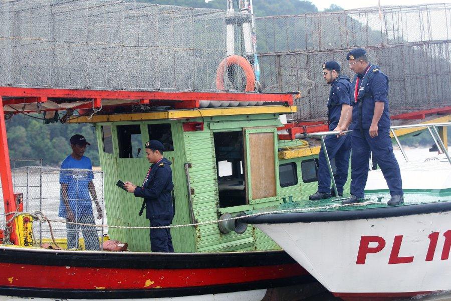Một tàu cá Việt Nam suýt tông tàu tuần duyên Malaysia