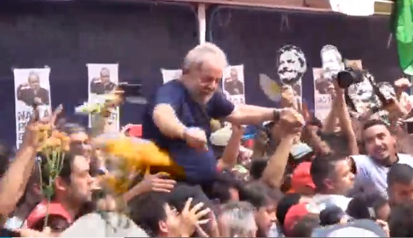 Cựu tổng thống Brazil Lula nói chuyện với người ủng hộ trước khi nộp mình