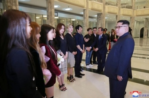 Lãnh tụ Bắc Hàn gặp gỡ đoàn ca nhạc sĩ Nam Hàn tại Bình Nhưỡng