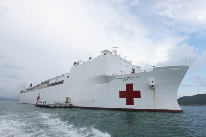 Tàu bệnh viện Hoa Kỳ USNS Mercy vào vịnh Nha Trang
