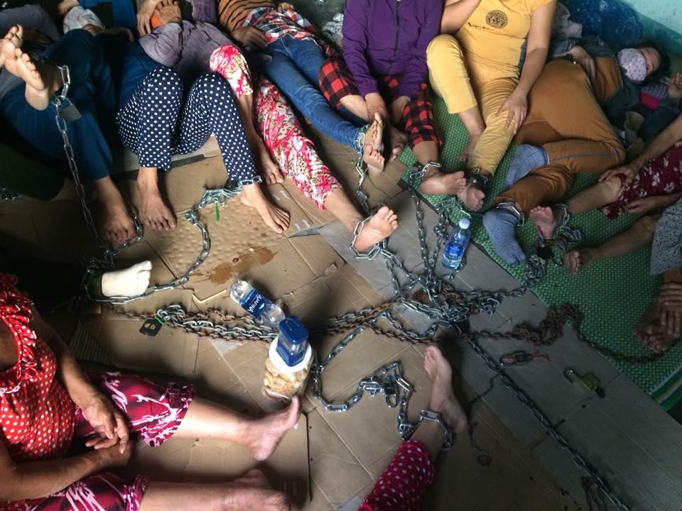 Hàng chục phụ nữ Quảng Nam xích chân vào nhau chống cưỡng chế đất