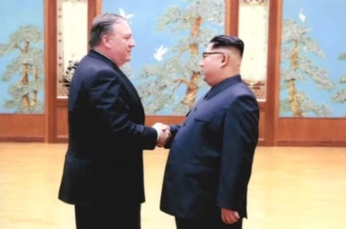 Ngoại Trưởng Mike Pompeo đi Bắc Hàn và trở về với 3 tù nhân người Mỹ