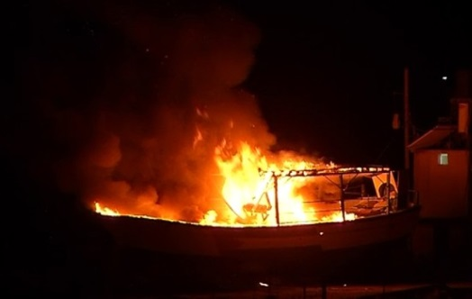 Israel dội bom tàu của Hamas thả neo tại Gaza