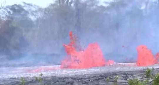Núi lửa phun trào tại Hawaii làm nhiều con đường thoát hiểm bị chặn