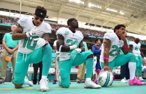Liên Đoàn Bóng Bầu Dục NFL bắt buộc cầu thủ đứng thẳng chào khi quốc ca trỗi lên