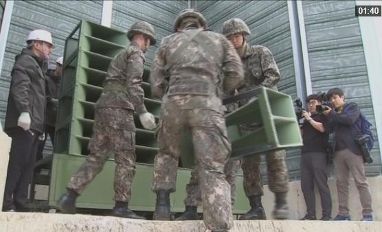 Binh sĩ Nam Hàn tháo bỏ hệ thống loa phát thanh tuyên truyền theo cam kết