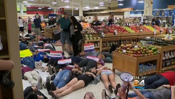 Học sinh sống sót trong vụ nổ súng Parkland biểu tình phản đối ứng cử viên ủng hộ NRA