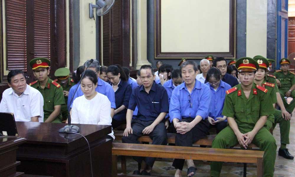 Cựu quan chức ngân hàng Hứa Thị Phấn lãnh 30 năm tù giam, phải bồi thường hơn 700 triệu USD