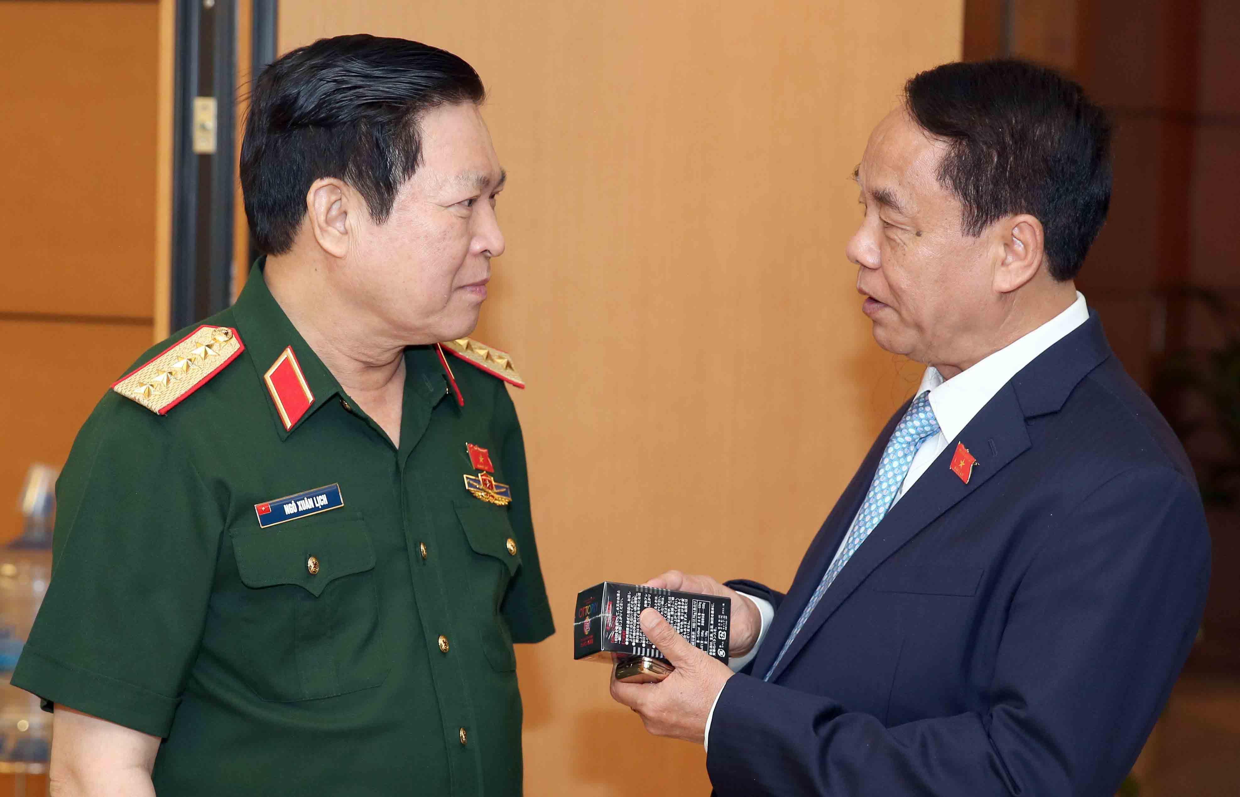 Tướng quân đội CSVN trao đổi thuốc kích dục trong trụ sở quốc hội