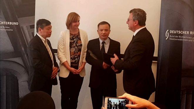 Liên Đoàn Thẩm Phán Đức trao giải nhân quyền tận tay luật sư Nguyễn Văn Đài