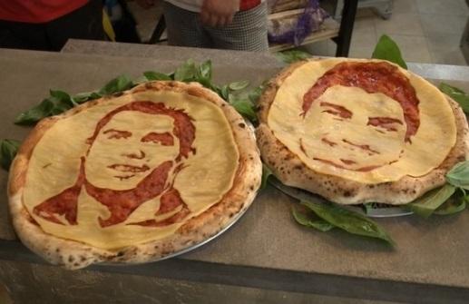 """Pizza có chân dung Luis Suarez và Cristiano Ronaldo với khẩu hiệu """"nếu không thắng họ thì ăn họ"""""""