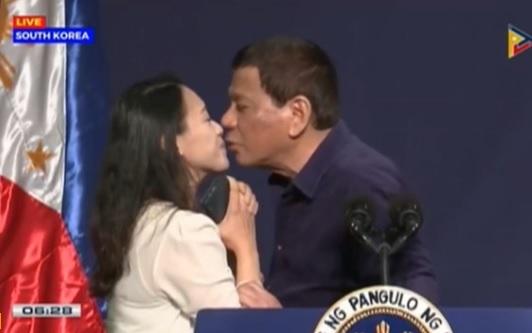 Tổng thống Philippines công du Nam Hàn, gây phẫn nộ vì một nụ hôn