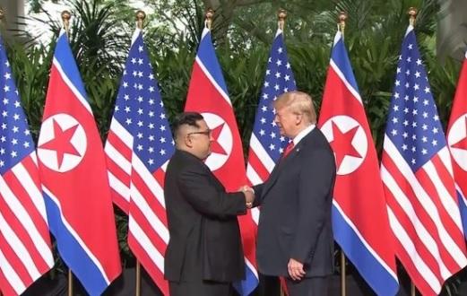 Cái bắt tay lịch sử của tổng thống Trump và lãnh đạo Bắc Hàn Kim Jong Un tại Singapore