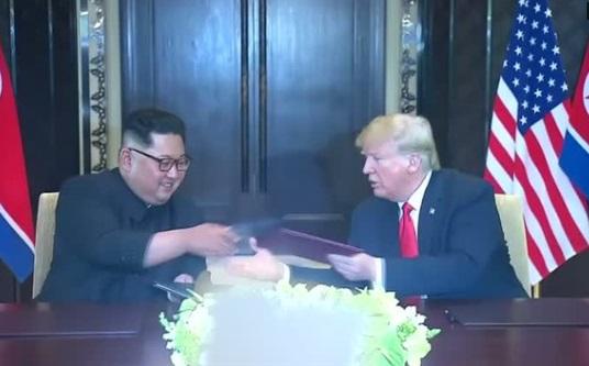 Tổng thống Trump và lãnh đạo Bắc Hàn Kim Jong Un ký một văn bản toàn diện