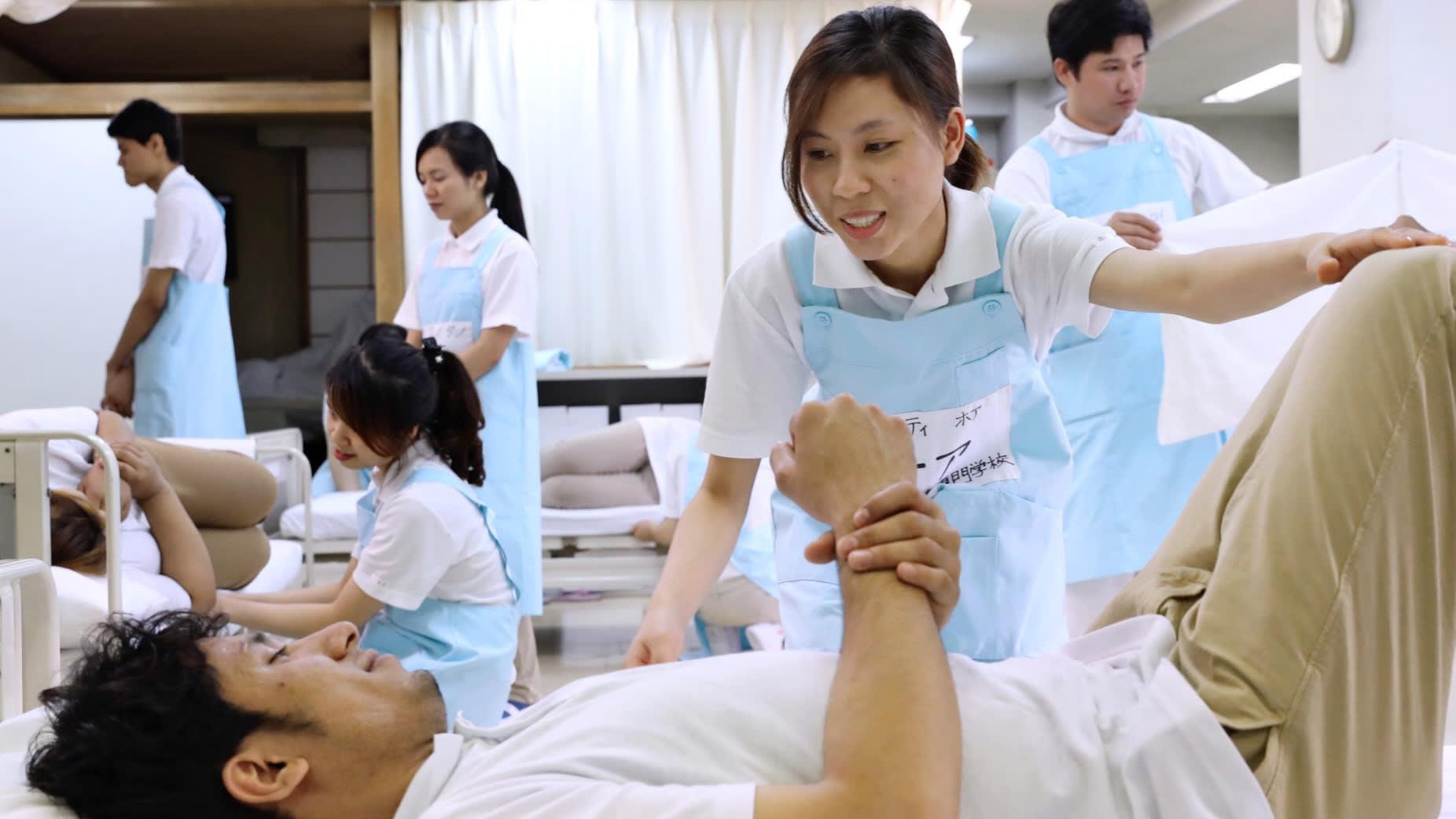Nhật sẽ nhận 10,000 người chăm sóc người già từ Việt Nam
