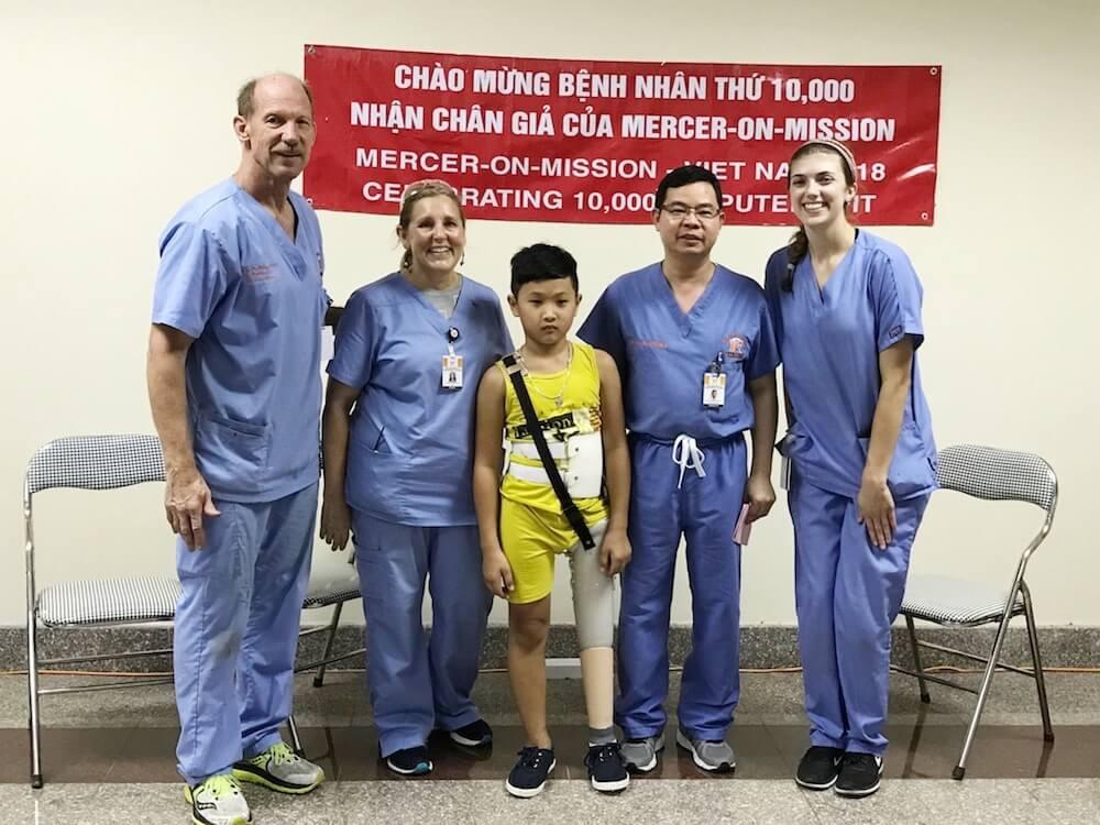 Chương trình do bác sĩ Mỹ gốc Việt khởi sự lắp chân giả thứ 10,000 cho người Việt