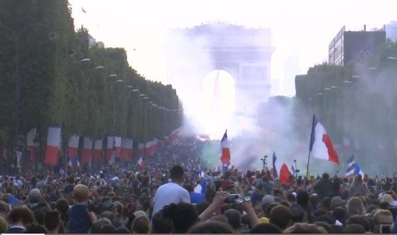 Cả nước Pháp và Croatia hân hoan chào đón đội tuyển túc cầu trở về