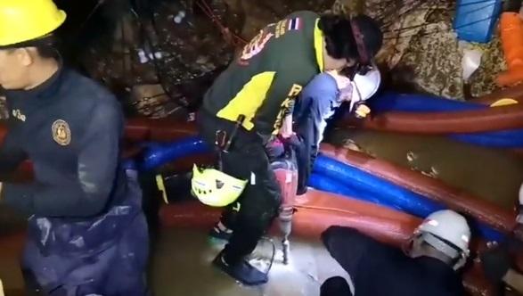 Tìm cách cứu sống đội túc cầu thiếu niên Thái Lan lâm nạn trong hang động
