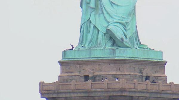 Liberty Island di tản sau khi một phụ nữ leo lên bệ của tượng Nữ Thần Tự Do